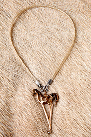 jewelry-arabian-grullo-with-blond-necklace